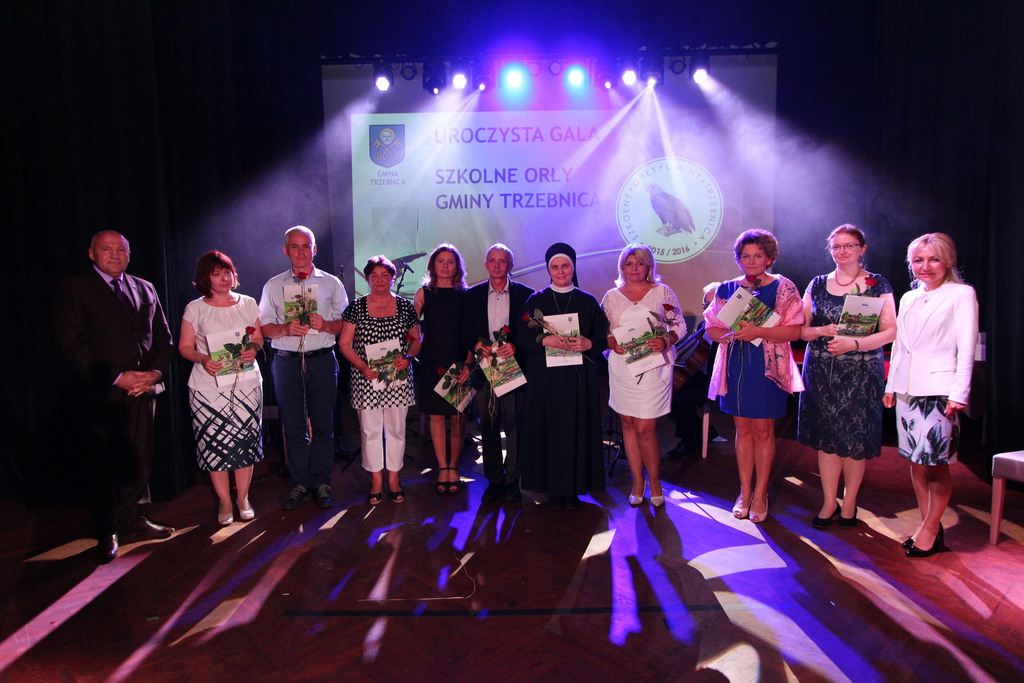 Nauczyciele i opiekunowie ze Szkoły Podstawowej nr 3 otrzymali z rąk burmistrza Marka Długozimy listy gratulacyjne.