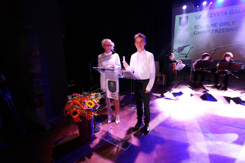 Kay Czułek, ze Szkoły Podstawowej nr 2 z dumą pokazuje prezent- power bank - jaki otrzymywali wszyscy nagrodzeni uczniowie.