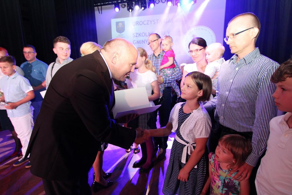 Burmistrz Marek Długozima gratuluje Marcie Biernat uczennicy Gminnej Szkoły Muzycznej.