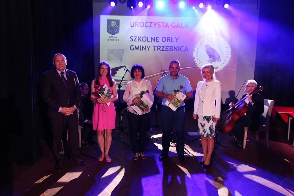 Na zdjęciu od lewej Barbara Górnicz z ZS w Ujeźdźcu Wielkim, Dorota Surówka i Emil Nitkiewicz ze SP z Kuźniczyska- nagrodzeni w Kategorii Nauczyciele.