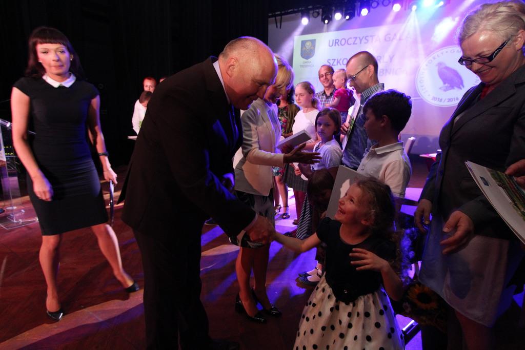 Siostra Ignacego Dybały- ucznia z Gminnej Szkoły Muzycznej również postanowiła uścisnąć dłoń burmistrza. Czyżby rósł nowy trzebnicki Orzeł?