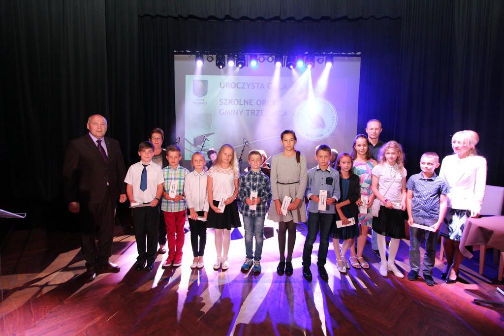 Uczniowie ze Szkoły Podstawowej nr 3, którzy brali udział w Wojewódzkich Mistrzostwach w Biegach Przełajowych. Nagrodzeni w Kategorii Najlepsi Sportowcy.