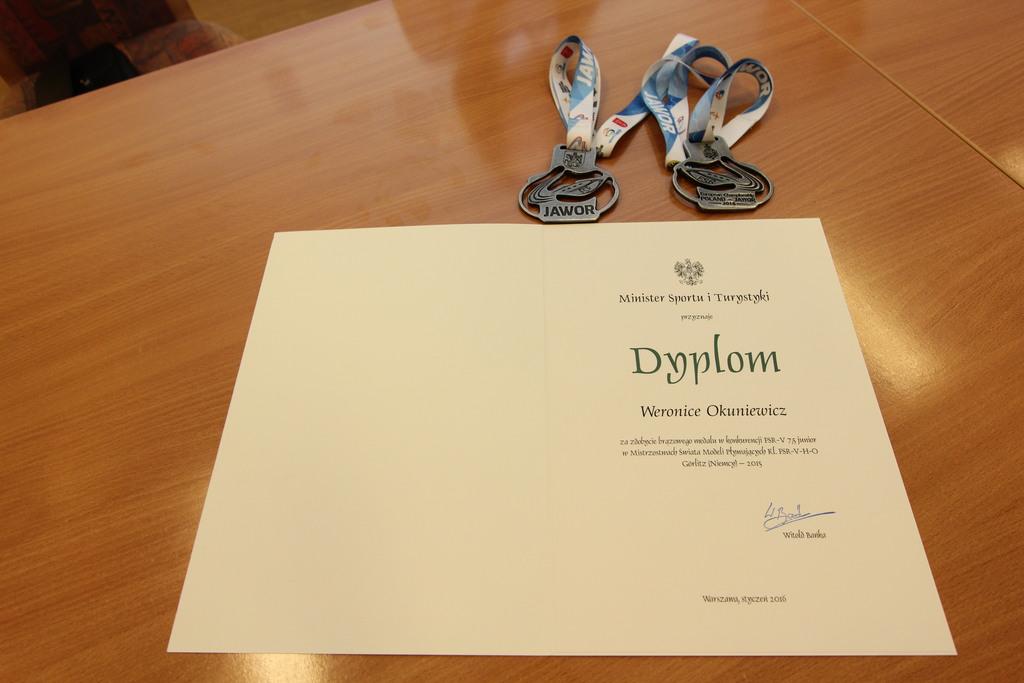 Na zdjęciu medale oraz dyplom od Ministerstwa Sportu i Turystyki, które zdobyła Weronika.