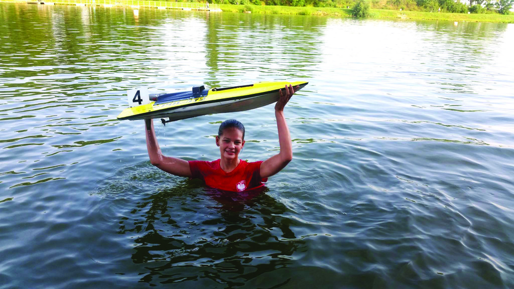 Na zdjęciu Weronika Okuniewicz wraz ze zwycięską łódką.