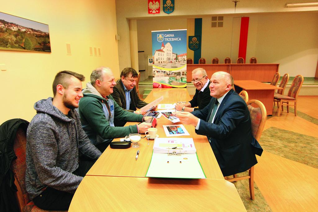 Spotkanie burmistrza Marka Długozimy z Grzegorzem Zielińskim z firmy GEMAX dotyczące wyboru aranżacji wnętrza nowo powstającej kręgielni.