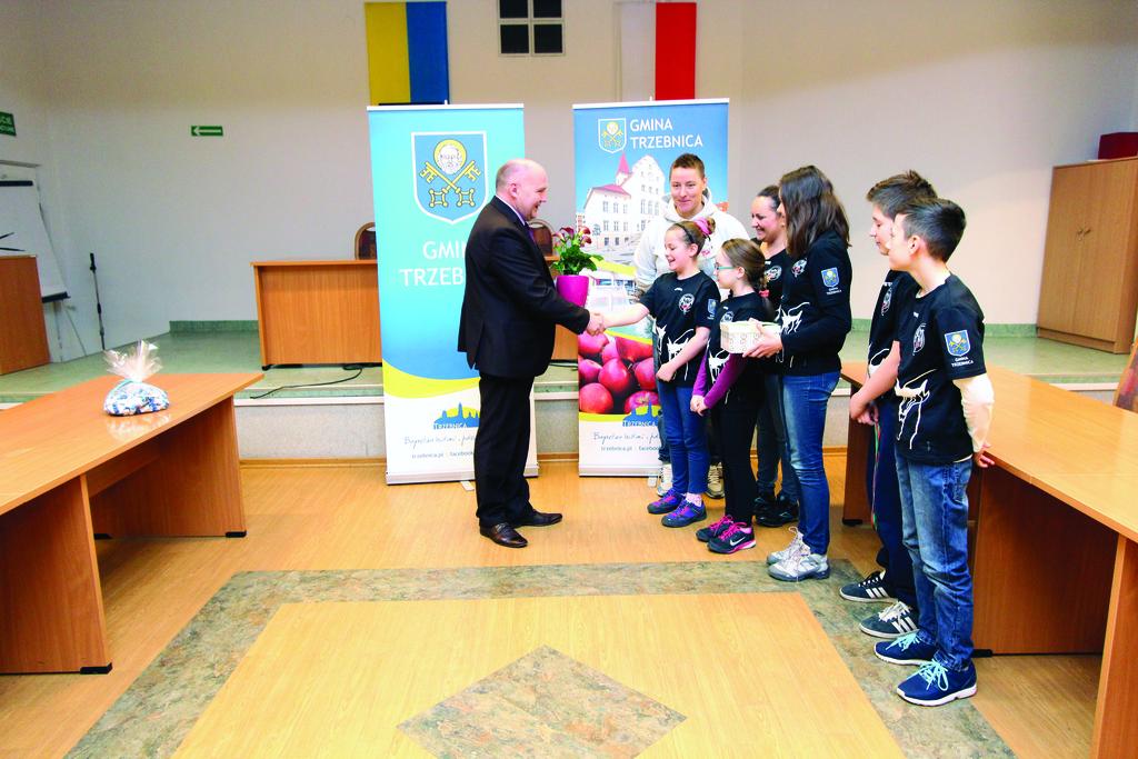 Burmistrz Marek Długozima odbiera podziękowania od dzieci z sekcji pływackiej Hydry, za wsparcie bez którego działalność klubu nie była by możliwa.