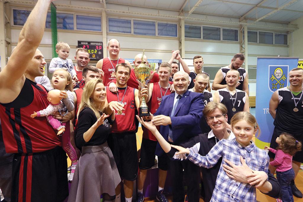 Zawodnicy DiTroit Flinstons odebrali zwycięski puchar z rąk burmistrza Marka Długozimy.