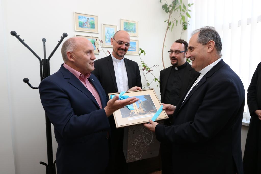 Na zakończenie spotkania burmistrz przekazał na  ręce Ks. Milton Zonty SDS drobne upominki związane z naszym miastem i jego patronką św. Jadwigą Śląską.