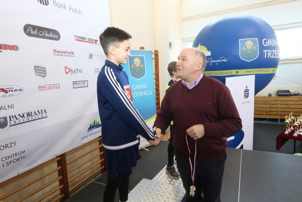Burmistrz osobiście wręczył medale i pamiątkowe dyplomy wszystkim zwycięzcom. Wśród nich znalazł się trzebniczanin Kajetan Przybylok.