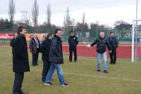 Trener Czech Michal Bilek złapał piłkę wystrzeloną ze specjalnego automatu treningowego