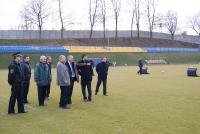 Burmistrz Marek Długozima szczegółowo odpowiadał na każde pytanie gości oraz opowiedział o zakresie prac przy modernizacji stadionu