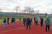 Czesi na trzebnickim stadionie. Na pierwszym planie od lewej idą m.in. trener Michal Bilek i były piłkarz Vladimir Smicer