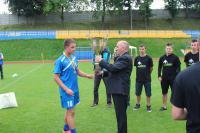 Burmistrz Marek Długozima przekazuje ufundowany puchar dla zwycięzców turnieju - drużyny z Gorzowa Wlkp.