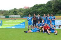 Pamiątkowe zdjęcie ze zwycięską drużyną na Trzebnickim Stadionie Miejskim FAIR PLAY ARENA