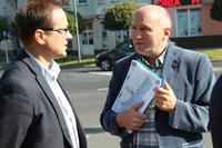 Burmistrz Marek Długozima z dyrektorem Generalnej Dyrekcji Dróg Krajowych i Autostrad we Wrocławiu Robertem Radoniem.