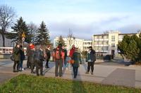 Studenci zwiedzili zrewitalizowane tereny leśne wokół Trzebnickich Stawów, dowiadując się o historii Domu Zdrojowego.