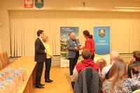 Burmistrz Marek Długozima otrzymał od Włodzimierza Ranoszka wykładowcy Uniwersytetu Wrocławskiego egzemplarz jednej z jego publikacji.