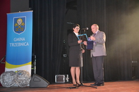Burmistrz Marek Długozima wręczył prezes Małgorzacie Wojtkowiak-Jakackiej gratulacje i wyrazy uznania za bezinteresowny trud niesienia pomocy drugiemu człowiekowi.