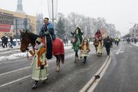 Efektowna podróż trzech króli na koniach.