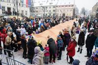 Podczas trwania Orszaku nie zabrakło też wspólnych śpiewów oraz integracji wszystkich zebranych na Trzebnickim Rynku uczestników.