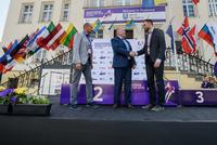 Burmistrz Marek Długozima dziękuje Wojciechowi Dwojakowi, dyrektorowi zawodów za zaangażowanie w organizację imprezy.