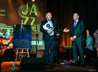 """Burmistrz Marek Długozima uroczyście otwarł wystawę malarstwa Krzysztofa Hejmeja zatytułowaną """"Jazz na płótnie""""."""