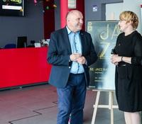 Była to już X Edycja Festiwalu Jazz nad Odrą w Trzebnicy. Tym razem niezwykłe muzyczne wydarzenie odbyło się  w przestrzeniach wyremontowanego, nowoczesnego budynku Gminnego Centrum Kultury. Na zdjęciu Burmistrz Marek Długozima i Dyrektor GCK Agnieszka Pawlaczek.