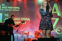 Ten lokalny zespół powstał z inicjatywy pomysłodawcy Jazzu nad Odrą w Trzebnicy – Krzysztofa Nartowskiego, basisty formacji, oraz Przemka Orłowskiego, perkusisty. Muzycy zaprosili do współpracy wokalistkę Izę Możdżeń.