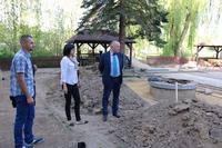 Postęp prac sprawdzał Burmistrz Marek Długozima wraz z Małgorzatą Moskwą odpowiedzialną za sport w Gminnym Centrum Kultury.