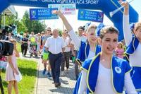 Marszowym krokiem wraz z trzebnickimi mażoretkami mieszkańcy rozpoczęli wspólne świętowanie finału Dni Rodziny.