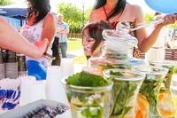 Art Kawiarnia działająca przy Gminnym Centrum Kultury zadbała o orzeźwienie- była woda z miętą i cytryną, a także degustację pysznych smoothies i domowych ciasteczek.