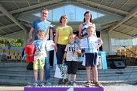 Zwycięzcy rodzinnego biegu: Krzyś Sołtysiak z mama Izabelą,  Dorian Bartosik z mamą Justyną i Igor Sobczak z tatą Marcinem.