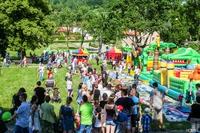 Na placu pielgrzymkowym przy Bazylice św. Jadwigi tłumy trzebniczan i gości spoza gminy wspólnie świętowali Dzień Dziecka-  finał Dni Rodzin.