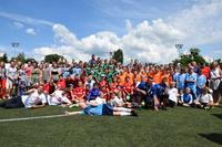 Pamiątkowe zdjęcie. Uczestnicy turnieju, trenerzy, organizatorzy i kibice.