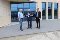 Na zaproszenie Andrzeja Trawińskiego teren fabryki wizytował Burmistrz Marek Długozima wraz z Sekretarzem Gminy Danielem Buczakiem.