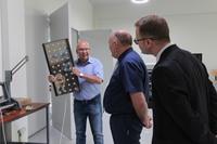 Andrzej Trawiński prezentuje oświetlenie drogowe, które również będzie wykonywane w fabryce.