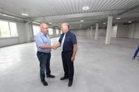 Owocna współpraca Gminy Trzebnica z inwestorem i jednocześnie właścicielem firmy- Andrzejem Trawińskim, rozpoczęła się w 2010 roku podpisaniem umowy na sprzedaż działki na której powstała fabryka.