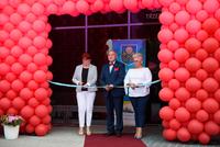 Burmistrz Marek Długozima wspólnie z Elżbietą Rezler prezesem nowego Centrum Medycznego oraz Jadwigą Żmudą-Adamską prokurentem zarządu, przeciął symboliczną wstęgę, otwierając tym samym przychodnię i wprowadzając opiekę medyczną w Gminie Trzebnica na nowy, wyższy poziom.