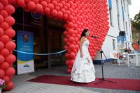 """Wokalnie zebranych przywitała dr Monika Gruszczyńska solistka Operetki Wrocławskiej, ucząca w Gminnej Szkole Muzycznej w Trzebnicy. Zaśpiewała ona utwór """"Serce"""" z repertuaru Ireny Santor – wybór ten nie był przypadkowy, ponieważ motywem przewodnim otwarcia było właśnie serce."""