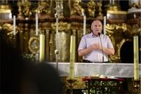 ▶ Burmistrz, a także polski prowincjał i generał Salwatorianów wspólnie przywitali pielgrzymów na spotkaniu w bazylice i zapewnił ich o gościnności oraz wielkim sercu trzebniczan.