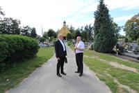 Burmistrz Marek Długozima wspólnie ks. dziekanem Jerzym Olszówką na cmentarzu parafialnym przy ul. Prusickiej.