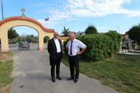 Burmistrz Marek Długozima wspólnie ks. dziekanem Jerzym Olszówką SDS na cmentarzu parafialnym przy ul. Prusickiej.