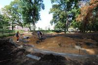 Obecnie prowadzone są prace ziemne, wykonywane są betonowe nabrzeża oraz montowana instalacja oświetleniowa.