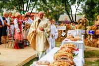 Ks. dziekan Jerzy Olszówka poświęcił tradycyjne chleby dożynkowe, którymi następnie podzielili się zgromadzeni wierni.