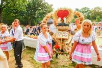 Okazałe wieńce dożynkowe budziły zachwyt uczestników Święte Plonów. Na zdjęciu wieniec sołectwa Boleścin.