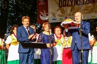Z rąk starostów dożynkowych burmistrz Marek Długozima otrzymał bochen chleba upieczony z tegorocznego ziarna.