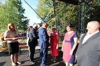 """Odznakę """"Zasłużony dla polskiego rolnictwa"""" z rąk burmistrza Marka Długozimy odbiera m.in. Zofia Bubula."""