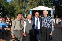 Na zdjęciu burmistrz Marek Długozima wraz z kombatantami.