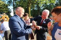 Burmistrz Marek Długozima dzieli się chlebem: ze starostą powiatu trzebnickiego Waldemarem Wysockim...