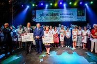 Sołtys  roku Krystyna Borecka-Roszak z Brzezia oraz wyróżniony sołtys Tadeusz Jakubowski z Ligoty otrzymali specjalne czeki .